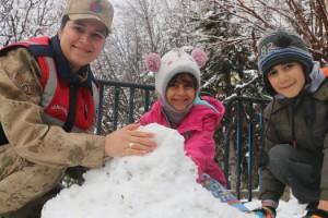 Jandarma çocuklarla kardan adam yapıp kartopu oynadı