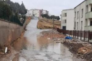 Apartman sakinleri biriken yağmur sularından tedirgin
