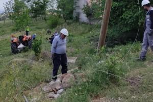 Traktörüyle elektrik direğine çarpan sürücü yaralandı