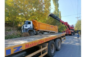Kahramanmaraş'ta zift yüklü kamyon bahçe duvarına çarptı